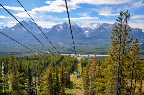 Spoed Foto op Canvas Gondolas 秋のカナディアンロッキー レイク・ルイーズとレイク・ルイーズ・スキー・リゾートのゴンドラ(バンフ国立公園 カナダ・アルバータ州)