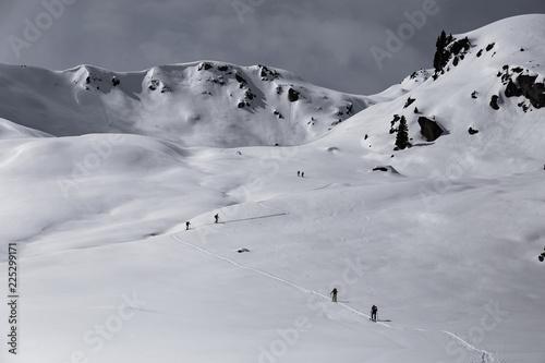 Mehrere Sportler im Winter bei einer Skitour