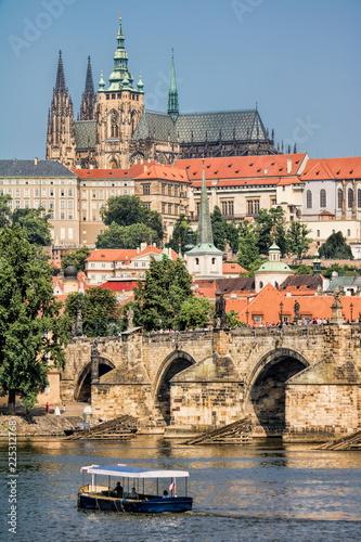 Staande foto Praag Prag, Karlsbrücke und Hradschin
