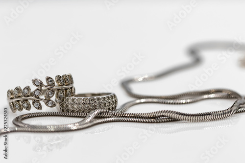 Fotografía  Elegant silver chain with snake weave and silver rings