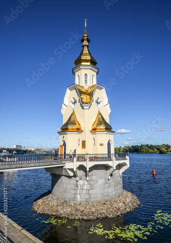Foto op Plexiglas Kiev Beautiful chapel on river bank, Kiev, Ukraine