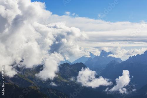 piekna-sceneria-lato-w-alpach-dolomitowych-wlochy-z-dramatycznymi-burzowymi-chmurami