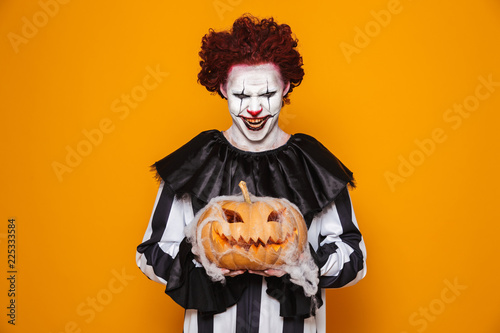 Foto Mad man dressed in scary clown Halloween costume