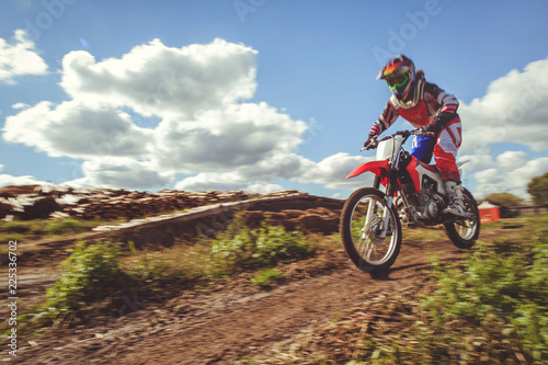Fotografía  woman on enduro motocross in motion, desire for victory, dynamics of speed