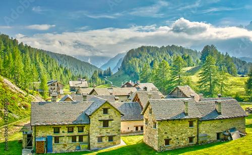 In de dag Blauwe jeans Piccolo villaggio nelle valli Alpine