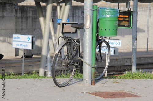 In de dag Fiets Vintage bicycle, for women. Leaning on the light pole.