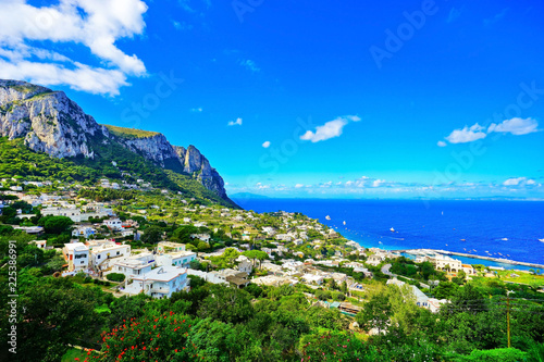 Fotomural  Overlooking the beautiful coastline of the island from city center of Capri in Italy in summer
