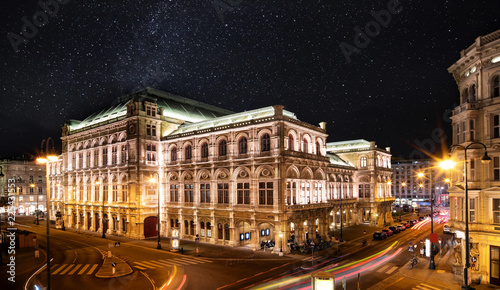 Wiener Opernhaus bei Nacht mit Sternenhimmel