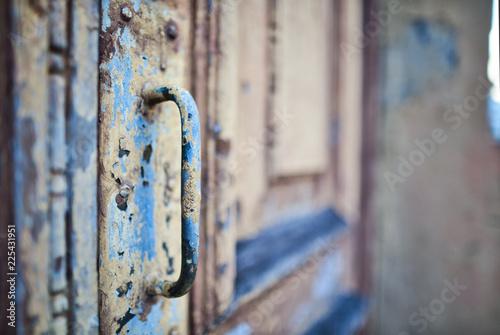 Fototapeta  Porta antiga, coberta com camadas de tinta descascada e ferrugem