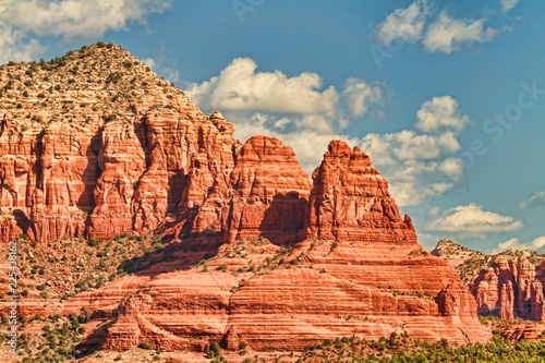 Papiers peints Corail Layers of red rocks form majestic formations in Sedona, Arizona (USA)