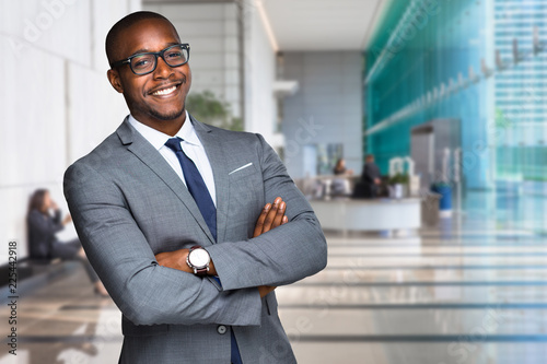 Fotografía  Smiling happy and successful CEO business man corporate executive in large downt