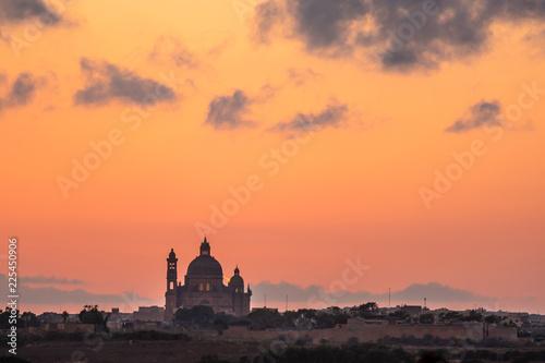 Foto  Malta - Gozo Island -Church of Saint John the Baptist, Xewkija at sunset