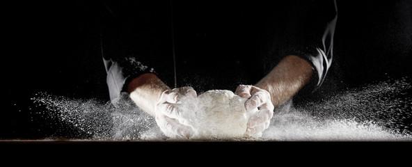 Oblak brašna uzrokovan kuharom koji lupa tijestom