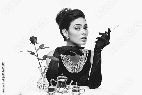 Photo  beautiful young woman in retro style with cigarette