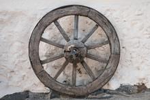 Old Wooden Wheel - Antique Hor...