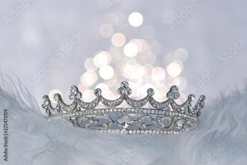 Eine schöne Krone mit glitzerndem Licht im Hintergrund Wallpaper Mural