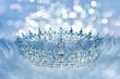 Herrliche Krone auf Stoff mit Glitzer Hintergrund Nacht Stimmung oder Winter