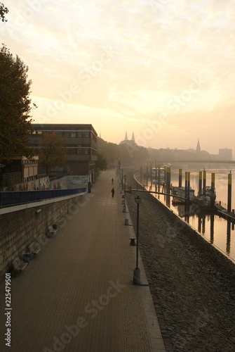 Foto op Aluminium Poort Weserpromenade Schlachte im Morgengrauen am Wasser