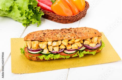 Photo  panino ai cereali con pollo e verdure