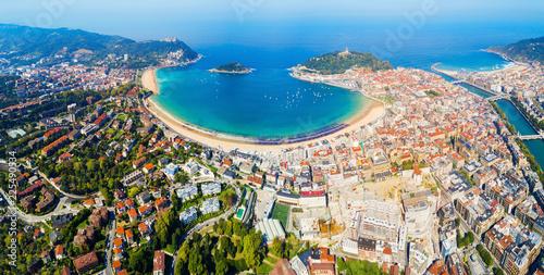 Fototapeta premium Panoramiczny widok z lotu ptaka San Sebastian