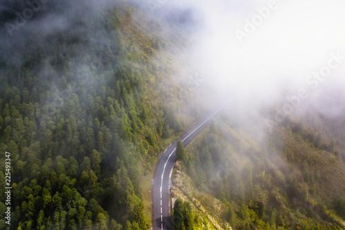 Türaufkleber UFO Top view of mountain road shrouded in fog.
