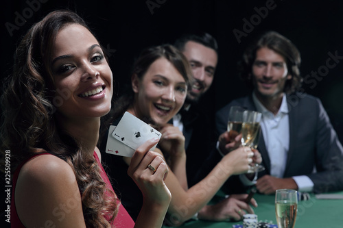 Foto  adult group celebrating friend winning blackjack