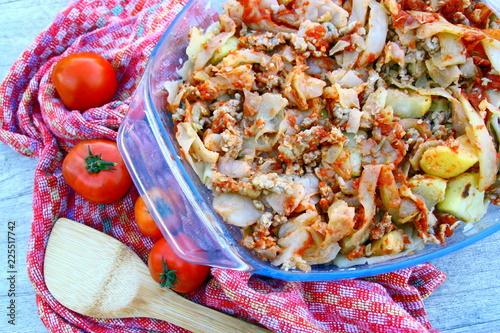 Foto op Canvas Klaar gerecht plat de choux cuit,et chair à saucisse aux tomates