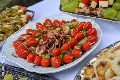 Fotobehang Buffet, Bar buffett hochzeit imbiss snacks canape tomate dattel weintrauben käse spieß