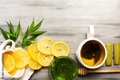 Photo  Cannabis honey with lemon tabletop view