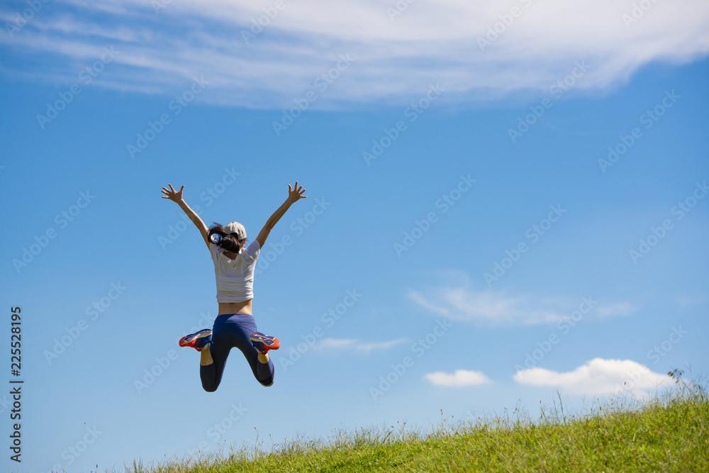 Fototapeta ジャンプする女性