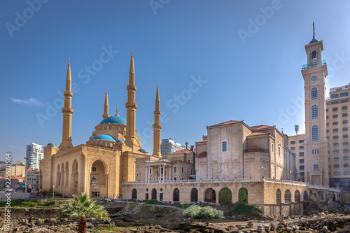 Fotografia A mosque and a church together in Beirut, capital of Lebanon in a blue sky day