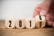 canvas print picture - Hand dreht Würfel und symbolisiert Jahreswechsel zwischen 2018 und 2019