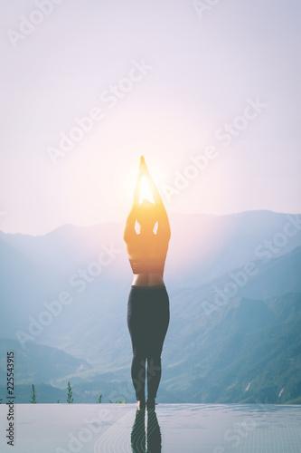 Photo  silhouette woman practice yoga Surya Namaskar exercise Ekam pose on the pool abo
