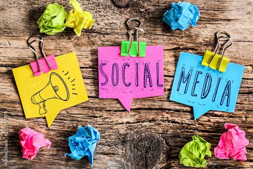 Post-it note : social media