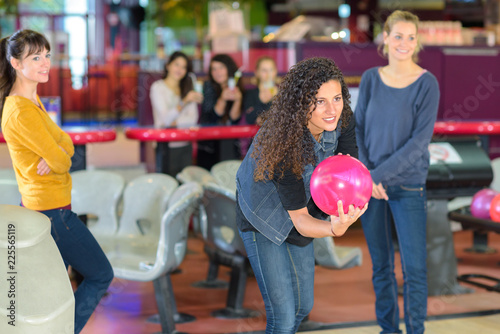 Foto op Plexiglas Caraïben Woman poised to throw bowling ball