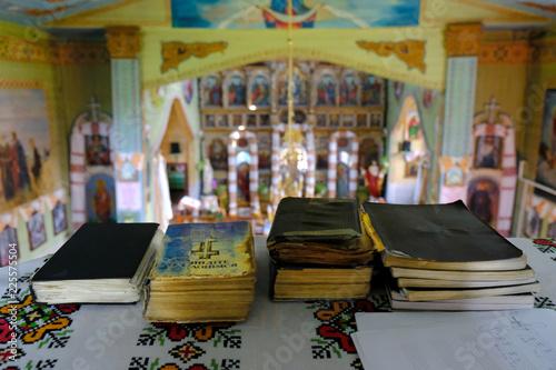 Fototapeta Ukraina, Delatyn - piękne wnętrze drewnianej cerkwi w stylu huculskim obraz