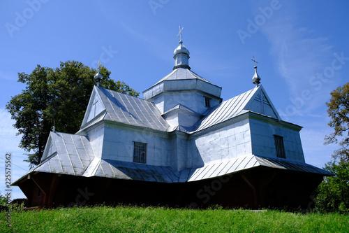 Ukraina - drewniana cerkiew w stylu huculskim