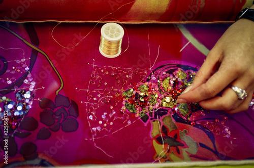 Atelier de broderie haute couture, métier d'art, gros plan