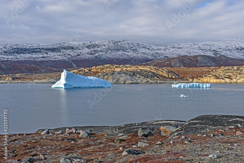 Spoed Foto op Canvas Arctica Icebergs in a Quiet Lagoon in the Arctic