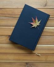 책과 가을 단풍잎
