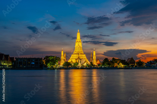 In de dag Bangkok Wat Arun Temple Beside Chao Phraya River with Beautiful Sunshine Through the Cloud, Bangkok, Thailand. One of the Most Famous Place of Thailand's Landmarks.