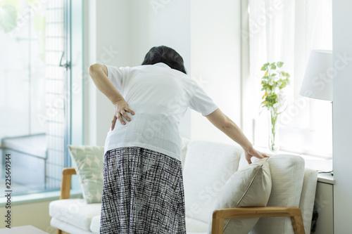 Photo 中年女性 腰痛