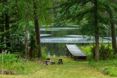 Träbrygga vid en liten sjö