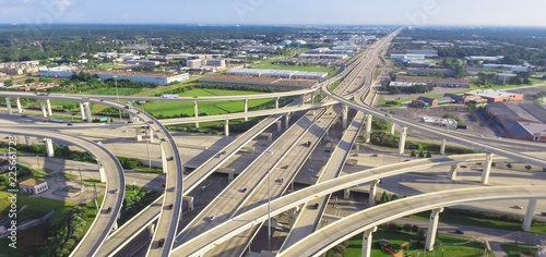Foto Panorama horizontal aerial view massive highway intersection, stack interchange blue sky in Houston, Texas, USA