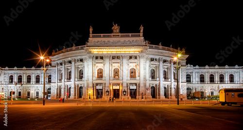 Hofburgtheater in Wien bei Nacht