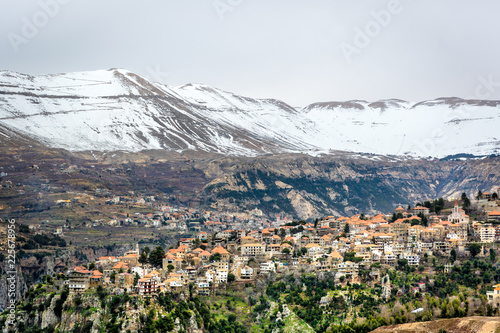 Valokuva Amazing city in the valleys of the Lebanon, snowcape mountains, cloudy day, beua