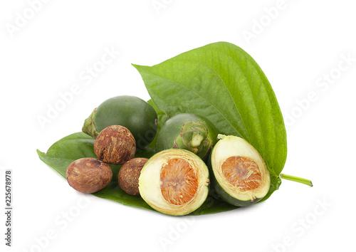 Photo fresh betel nut on betel leaf isolated on white background