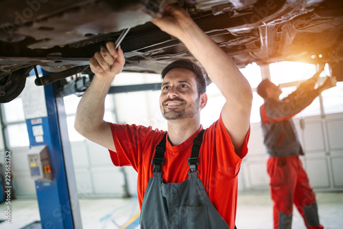 Profecional car mechanic changing motor oil at maintenance repair service statio Canvas-taulu
