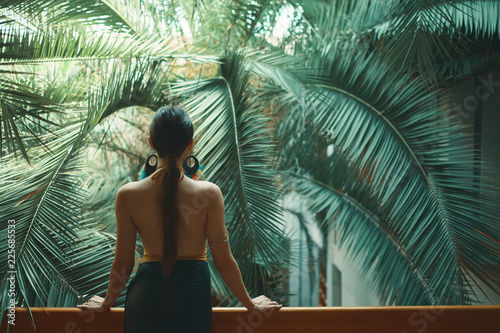 Photo  Exotic beautiful woman resting on the balcony while on her vacat