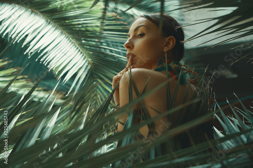 Photo  Portrait exotic woman among tropical plants, fashion, beauty, co